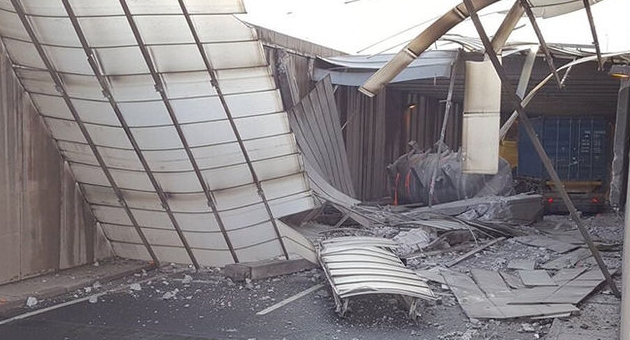 TIR beton bloğa çarptı faciadan dönüldü