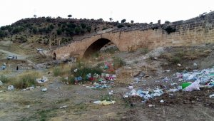 Cendere Köprüsündeki çöpler turistlerin tepkisini çekiyor