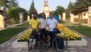 Dünyu turuna çıkan İtalyan ve Litvanyalı bisikletlilerden Bilecik'te mola