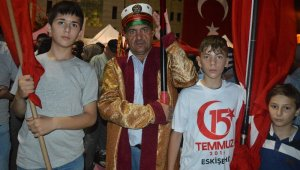 Osmanlı kıyafetiyle demokrasi nöbetine geldi
