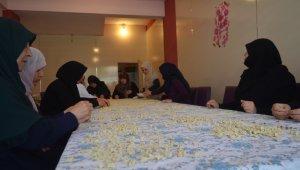Ellerinin hamuruyla ihtiyaç sahibi ailelere destek oluyorlar