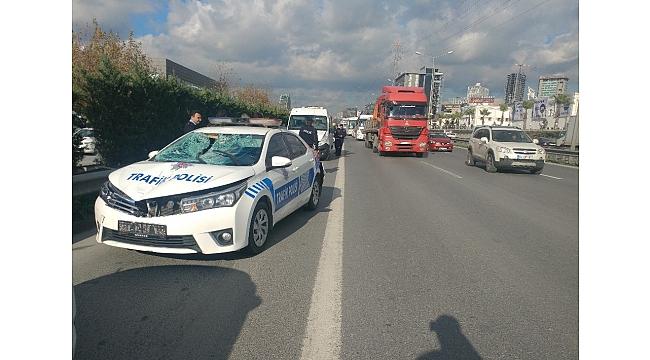 Basın ekspres yolunda trafik polisi, yolun karşısına geçen Suriyeliye çarptı