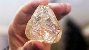 """Dünyanın en büyük elmaslarından """"Barış elması"""" 6.5 milyon dolara satıldı"""