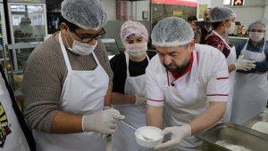 Engelli öğrenciler hamur yoğurdu, pide yaptı