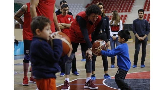Minik öğrencilerin basketbolcularla büyük sevinci