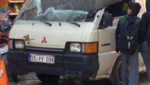 Park halindeki minibüsün üzerine su deposu düştü