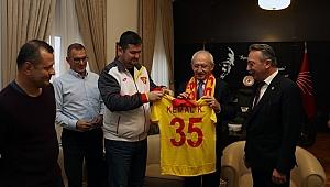 Göztepe Taraftar Grubu Kılıçdaroğlu'na Forma Hediye Etti