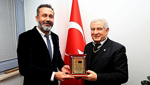 Mehmet Ali Sarı'ya Plaket