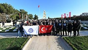 Egeli gençlerden Türk Bayrağı koreografisi