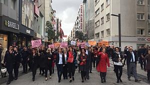MHP Karşıyaka İlçe Başkanlığı'ndan Dünya Kadınlar Günü'nde Anlamlı Yürüyüş