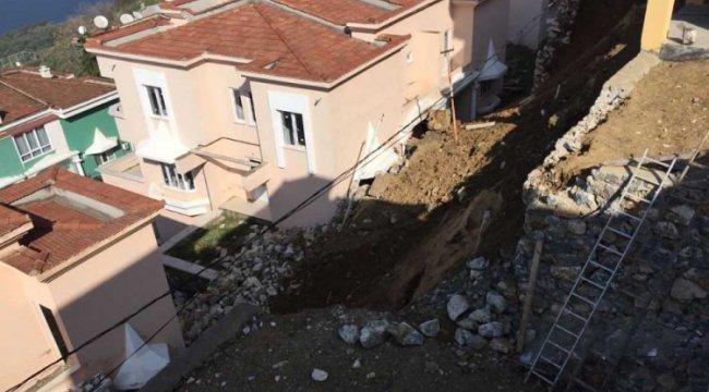 Villaların üzerine istinat duvarı çöktü