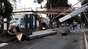 İzmir'de vincin çarptığı yaya üst geçidi, metro hattının üzerine çöktü