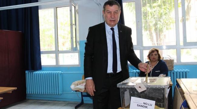 Karataş, eşiyle birlikte oy kullandı