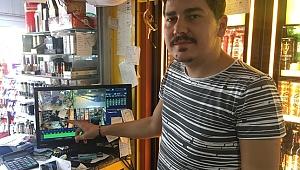 Markete müşteri kılığında gelen telefon hırsızı kamerada