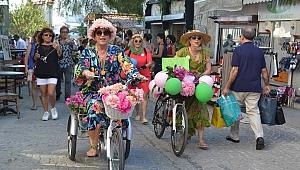 Süslü kadınlar, bisikletleri ile Alaçatı'yı renklendirdi
