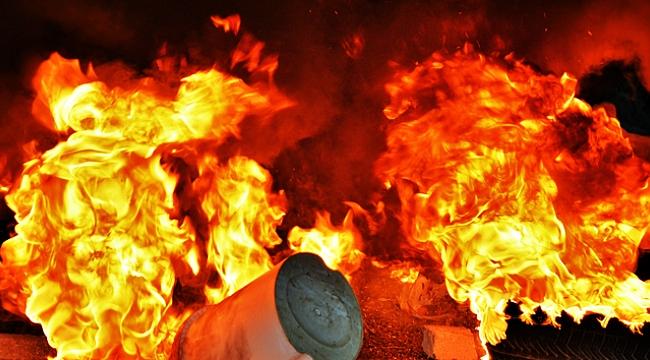Yunanistan'da kamyonla otomobil çarpıştı: 11 kişi yanarak öldü