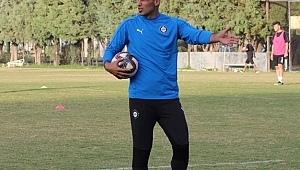 Sezona golcü olarak başladı, antrenör olarak devam ediyor