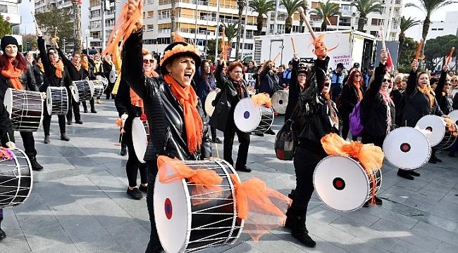İzmirli kadınlar seçme ve seçilme hakkını davul çalarak kutladı