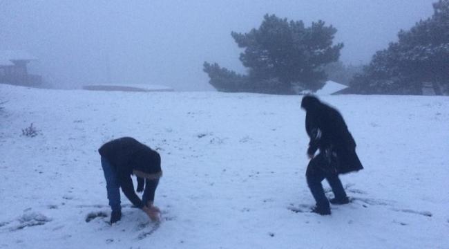 İzmirliler yıllar sonra karla hasret giderdi