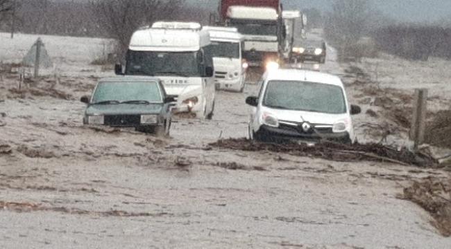 İzmir Tire-Belevi karayolu sel nedeniyle trafiğe kapandı