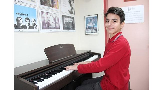 Piyano çalmayı okul koridorlarında öğrendi