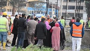 Göçük altındaki işçilerin yakınlarından tepki