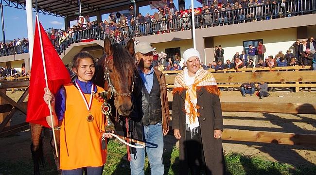 Kadın biniciler rahvan at yarışında piste çıktı