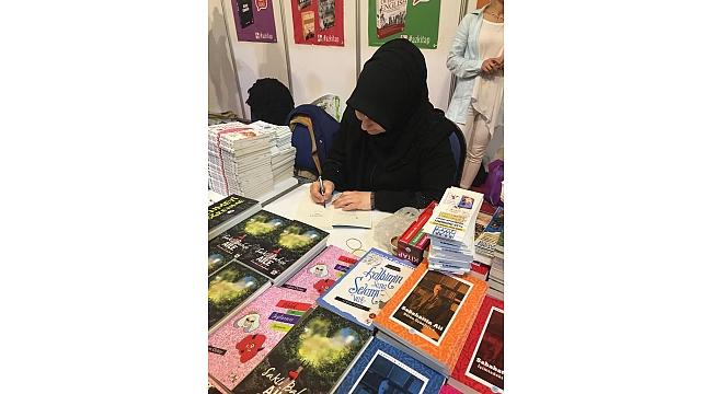 24.İzmir Kitap Fuarı!nda Yazarımız Kitaplarını imzaladı