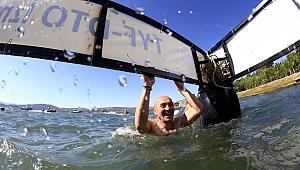 Başkan Soyer, yüzerek mesaj verdi