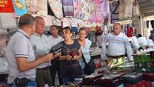 Kemalpaşa Belediye Başkanı Rıdvan Karakayalı, Pazar esnafını ziyaret etti.