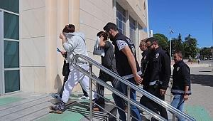 Alaçatı'da suçüstü yakalanan 2 yankesici tutuklandı