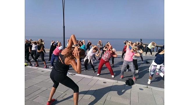 Narlıdereli kadınların sahilde aerobik keyfi