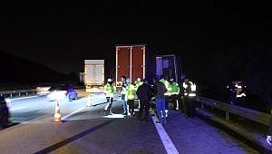 Otoyolda lastiği patlayan kamyonete yardım etmek isteyenlere tır çarptı: 1 ölü, 4 yaralı