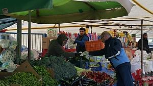 Çiğli Belediye Zabıta ekipleri pazar yerlerinde eldiven dağıttı
