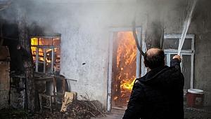 Kütahya'da tek katlı ahşap ev yandı