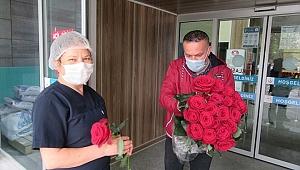 İlk güller koronavirüs savaşçılarına dağıtıldı