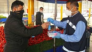 Karabağlar Belediyesi'nden maske ve eldiven