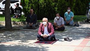 Salihli'de Sosyal Mesafeli İlk Cuma Namazı Kılındı