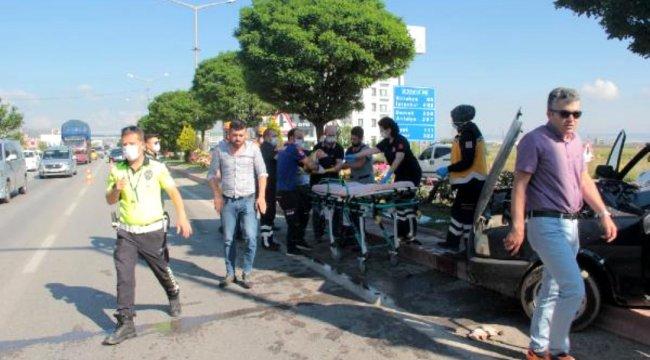 Kamyonla çarpışanotomobil, ağaca çarptı: 5 yaralı