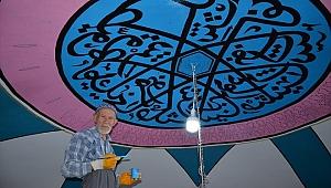 75 yaşındaki nakkaş, tarihi caminin duvar süslemelerini işliyor