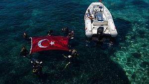 Kabotaj Bayramı'nı batıkta Türk bayrağı açarak kutladı