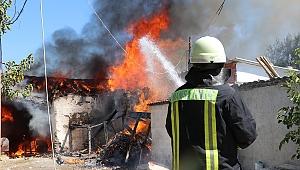 Manisa'da 2 ev yandı