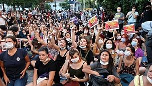İzinsiz yürüyüş yapmak isteyen kadınlara polis müdahale etti