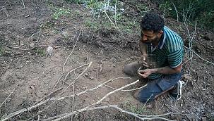 Suriyeli Hasan el-Hasan, yangını söndürmek için avuçlarıyla toprak taşıdı