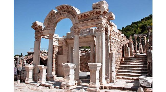 İzmir'deki müze ve ören yerlerini kaç kişi ziyaret etti?