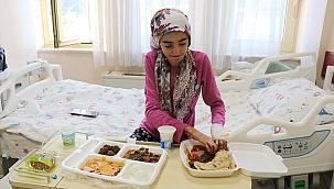"""""""Kelebek hastası"""" ilk kez katı gıdayla beslendi"""