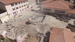 Kula'da depreme dayanıksız okul binasının yıkımına başlandı
