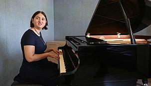Otizmli genç piyanist, yetenek sınavını geçerek üniversiteli oldu