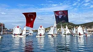 Foçalı yelkenciler Cumhuriyet Bayramı'nı denizde kutladı