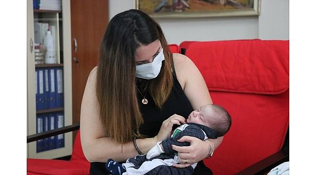 Kovid-19 testi pozitif çıkan anne, bebeğine kavuşmanın mutluluğunu yaşıyor